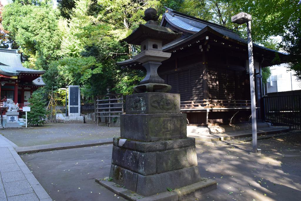 東中野氷川神社 拝殿前 燈籠右