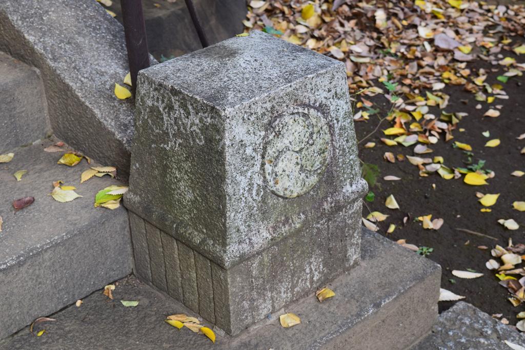 東中野氷川神社 階段横神紋